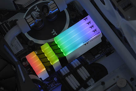 Thermaltake TOUGHRAM RGB DDR4 4000 Mhz с подсветкой