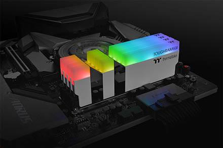 модули Thermaltake TOUGHRAM RGB DDR4 на материнской плате